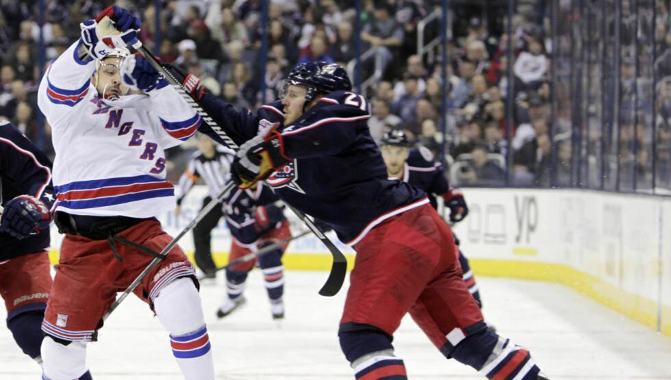 SKADET: Mats Zuccarello Aasen var ikke på isen da New York Rangers gikk på en smell hjemme mot Toronto Maple Leafs i sesongens første hjemmekamp. Her fra kampen mot Columbus Blue Jackets. Foto: AP Photo/Jay LaPrete/NTB Scanpix