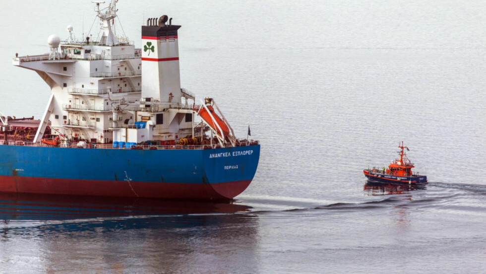 """KRIPOS KOPLET INN:  En båt fra havnevesenet i Narvik ved det greske lasteskipet """"Ananagel Explorer"""", som ikke får dra før politiet har gitt klarsignal. En av mannskapet er pågrepet etter at en kvinne er savnet. Foto: Karl Inge Punsvik."""