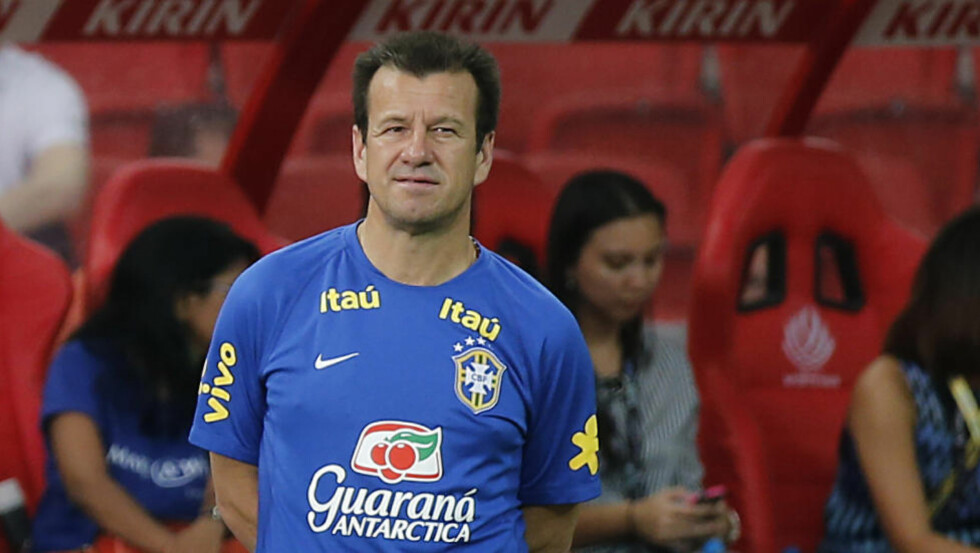 BARE TØYS?: Brasil-sjef Dunga hevder han ikke hintet om kokainbruk i den argentinske fotballeiren under helgens privatlandskamp i fotball. Gesten handlet i stedet om forurensning. Foto: AP Photo/Wong Maye-E / NTB Scanpix