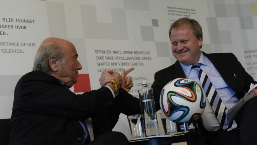 SNAKKET OM LUKSUSKLOKKA:  Fifa-president Sepp Blatter (t.v) møtte pressen sammen med NFF-president Yngve Hallén. Foto: John Terje Pedersen / Dagbladet