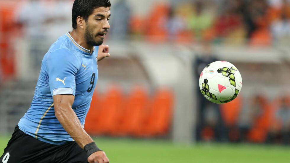 SCORET TO: Luis Suarez er fortsatt suspenedert etter biteepisoden i VM i sommer. I dag scoret han to mål i en vennskapskamp mellom Uruguay og Saudi-Arabia. Foto: AP