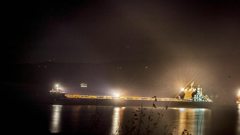 HAR REIST: «Anangel Explorer» lå på Ofotfjord utenfor Narvik i går kveld. Tirsdag morgen har det seilt avsted. Det er funnet blodsøl inne i båten, og den greske skipsoffiseren i 30-åra måtte bli igjen i Narvik, siktet for drap. Foto: Thomas Rasmus Skaug / Dagbladet