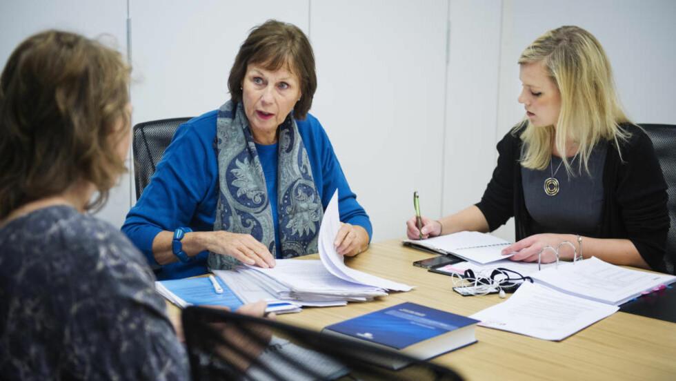 TØFF SITUASJON: Brit Djupvik Semner (68) synes det var en tøff opplevelse å måtte slutte i jobben. Hun savner faget og fellesskapet på jobben. Her får hun hjelp av Negotia-advokatene Inger Skarvøy (til v.) og Selma Smedby Lium. Foto: BENJAMIN A. WARD