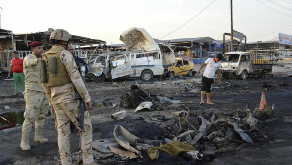 TRYKK UTENFRA - OG INNE I BAGDAD:  Irakiske sikkerhetsstyrker inspiserer en markedsplass i Sadr City i Bagdad tirsdag formiddag etter at en bilbombe har eksplodert. Dette er en av tre bomber som er utløst i sjia-områder i Iraks hovedstad siste døgn. Minst 25 mennesker har mistet livet, opplyser politi- og sykehuskilder.Og på utsiden står IS-styrker bare 12 kilometer fra Bagdads bygrense. Foto: Kareem Raheem, Reuters/NTB Scanpix.