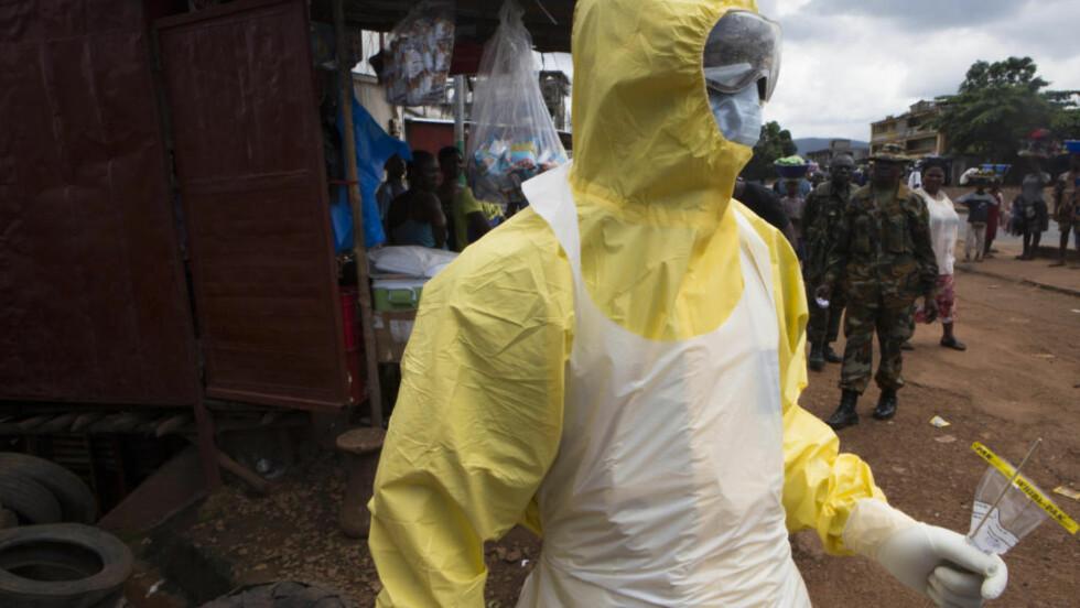 TESTER FOR EBOLA:  En helsearbeider tar ebola-etster nær Rokupa-sykehuset i Freetown. Foto: Christopher Black/WHO/Reuters/NTB Scanpix.