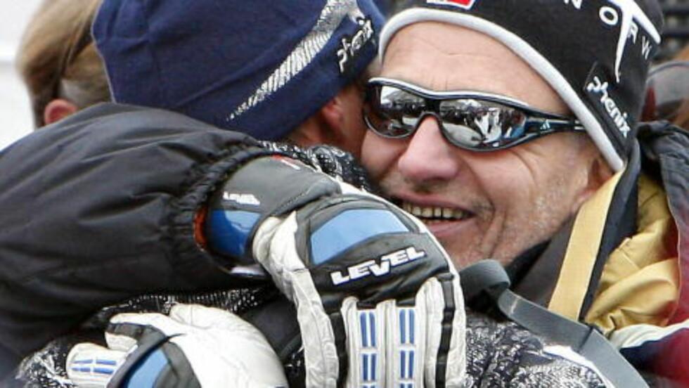 <strong> PAPPA:</strong>  Bjørn Svindal klemmer sønnen Aksel. Bjørn er også manager. Foto: Arnt E. Folvik/ Dagbladet