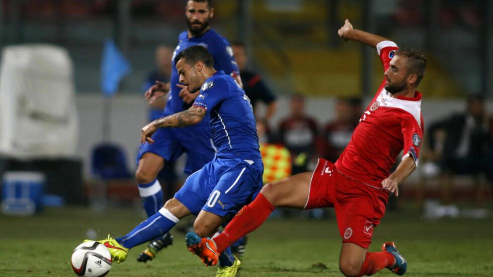 SPILLER I GENOVA:  Italia hadde ingen problemer med å slå Malta i går. Landskampen mot Albania vil de spille i den flomrammede byen Genova. Her er Sebastian Giovinco i aksjon mot Maltas Andrei Agius. Foto: REUTERS/Darrin Zammit Lupi