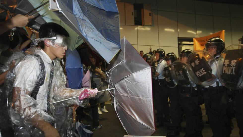 DEMONSTRASJONER: Det kom til sammenstøt mellom demonstranter og politiet i Hongkong i natt norsk tid. Foto: REUTERS/Stringer