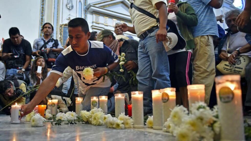 MINNESTUND: Slektninger og venner av de 43 studentene som er savnet i Guerrero i Mexico samlet seg til minnestund. DNA-resultater viser at de 28 likene som ble funnet i en massegrav sør i Mexico ikke er savnede studenter. Foto: AFP PHOTO / Yuri CORTEZ