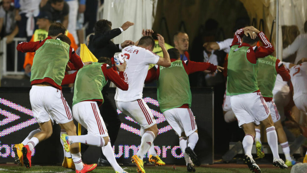 FLYKTET: Albanias spillere måtte flykte fra banen etter provokasjonen og det påfølgende masseslagsmålet. Foto: REUTERS / Marko Djurica / NTB Scanpix