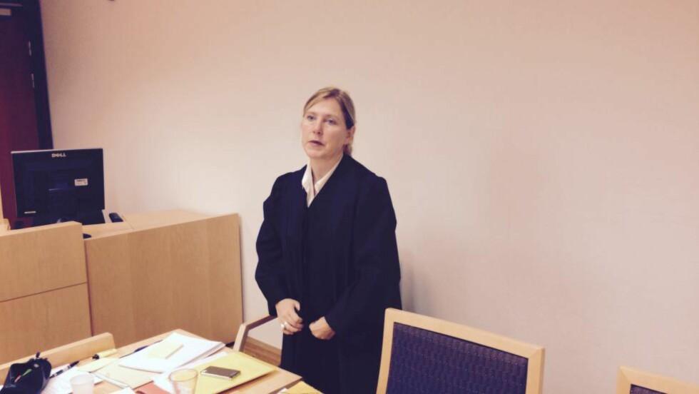 FORSVARER: Annette Barlinn forsvarer en kvinnelig TV-kjendis, kjent fra flere store, norske TV-serier, når hun står tiltalt for vold mot offentlig tjenestemann. Foto: Jonas Pettersen