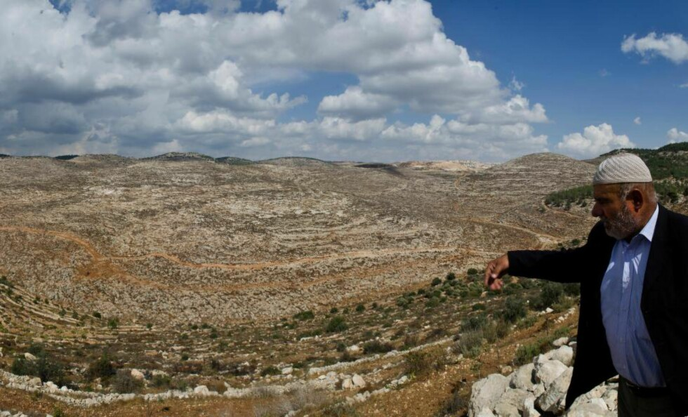 KONFISKERT: Khaled Masha'la ser ut over den nydyrkede og delvis udyrkede jorda som han nå risikerer å miste i det som blir omtalt som den største israelske landkonfiskeringen på 30 år. Til høyre og venstre i bildet ligger to jordlapper som han får beholde. Foto: Silje Rønning Kampesæter
