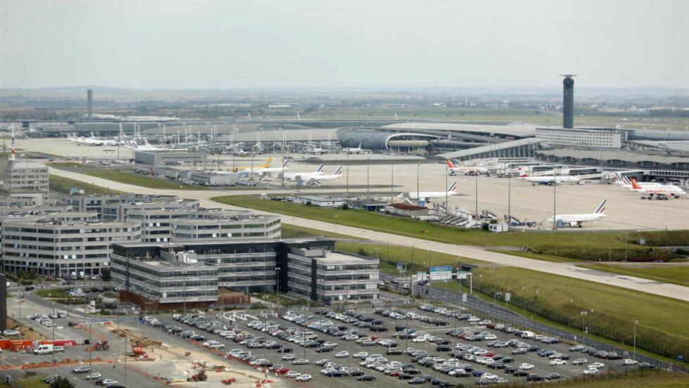KONTROLL: Kommer man til Charles de Gaulle-flyplassen utenfor Paris, og reiser fra et ebolarammet land, vil man bli kontrollert. Foto: CHARLES PLATIAU / REUTERS / NTB SCANPIX