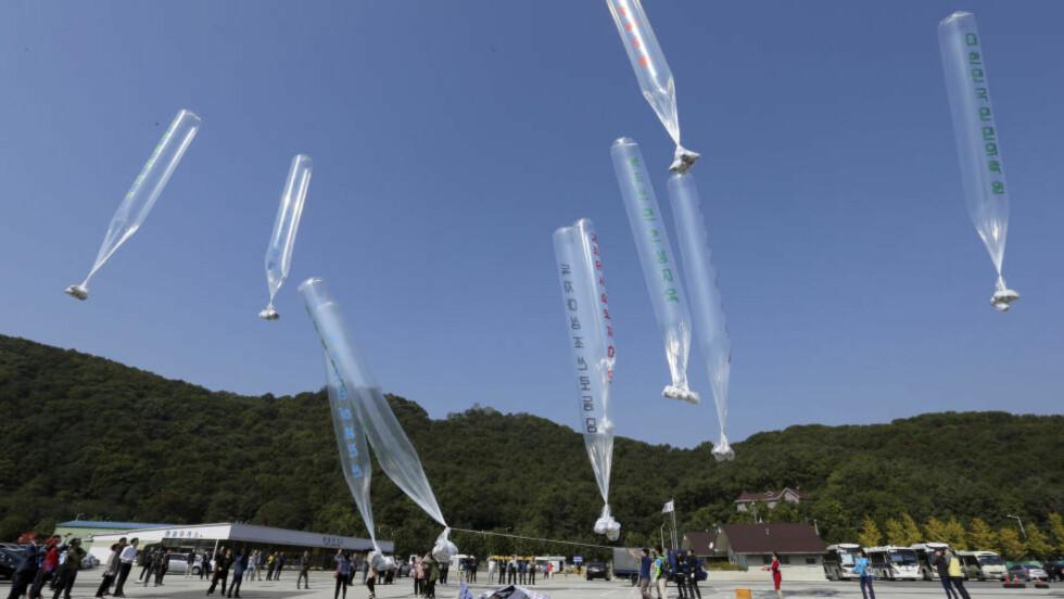 Nordkoreanske avhoppere sender opp ballonger med løpesedler fra sørkoreansk side av grensen. Slike ballonger ble forsøkt skutt ned av nordkoreanske soldater fredag, og forårsaket en skuddveksling over grensen. Onsdag skal generaler fra de to koreanske statene ha hatt et møte, etter en rekke episoder i det siste. Foto: Lim Byung-sik / Reuters / NTB Scanpix