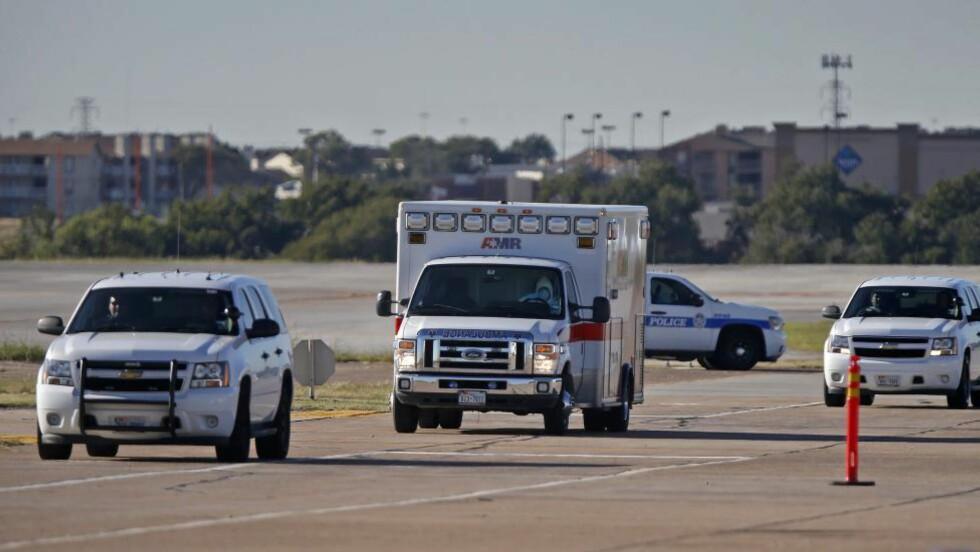 EBOLASMITTET: Den ebolasmittede sykepleieren Amber Vinson blir transportert til en luftambulanse som fraktet henne fra Dallas til Atlanta for ytterligere behandling. Foto: Stewart F. House/Getty Images/AFP