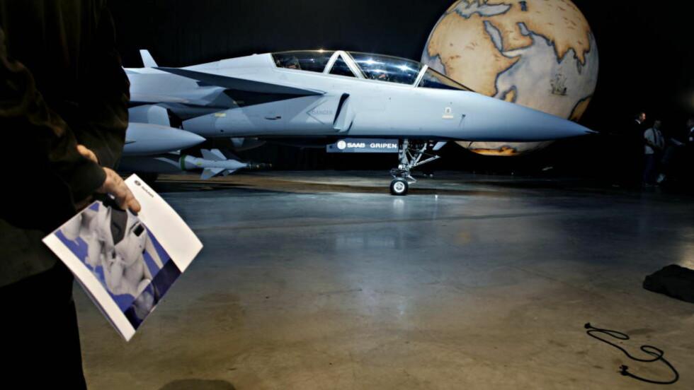 JAGERFLY MOT HIV: Jagerfly av typen Jas Gripen ble solgt til Sør-Afrika i 1999. Nå avslører den svenske TV-kanalen SVT at en av motytelsene var å investere i et firma som helse-eksperter mener driver kvakksalverbehandling mot HIV. Foto: Frank Karlsen / Dagbladet