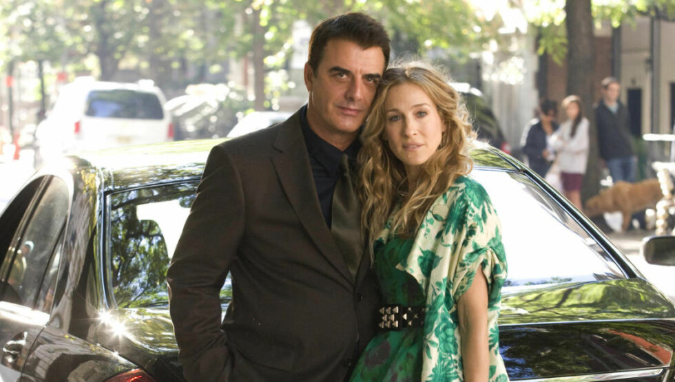 FILMPAR: Chris Noth og Sarah Jessica Parker spilte Mr Big og Carrie Bradshaw både på TV og filmlerretet. Her fra den første filmen, som kom i 2008. Foto: FILMWEB