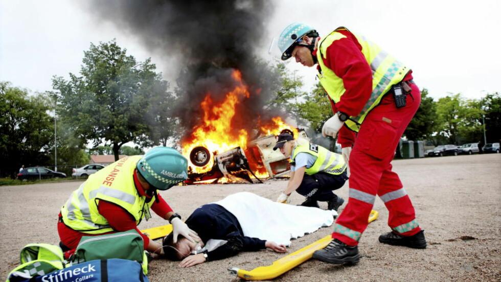 NØDNETT: Demonstrer de det nye digitale nødnettet på Tollbodplassen i Fredrikstad 201. Brann - og redningsøvelse med rendingsmannskaper i arbeid med skadet person. Foto: LINN CATHRIN OLSEN/NTB SCANPIX
