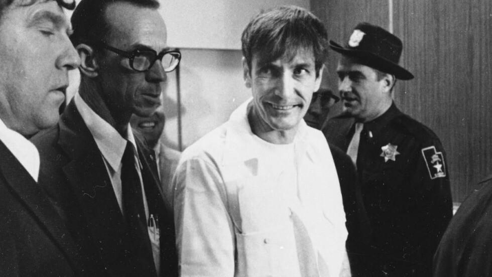 DØDSDØMT: Gary Mark Gilmore blir ført inn til 4th District Court in Provo, Utah, første desember 1976. Gilmore ble i 1977 den første til å bli henrettet i USA etter at landet igjen hadde gjeninnført dødsstraff. Norman Mailers «Bøddelens sang» tar for seg livet til blant annet Gilmore. Foto: RON BARKER / AP PHOTO / NTB SCANPIX