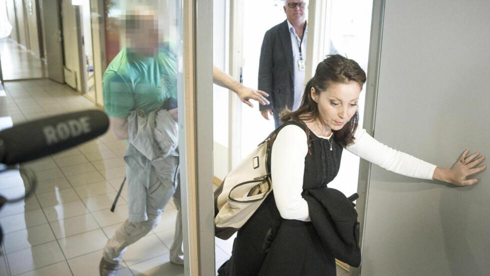 TIL AVHØR:  Den siktede 43-åringen og hans forsvarer Cecilia Dinardi på vei inn til avhør hos politiet på Kongsvinger 20. august. Da meldte han seg frivillig etter to måneder på flukt fra politiet. I går ble han pågrepet på Gardermoen og framstilt for varetektsfengsling i Glåmdal tingrett torsdag. FOTO: BJØRN LANGSEM/DAGBLADET.