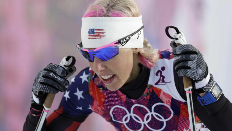UTE: Kikkan Randall jobber med å få igjen pusten i målområdet etter kvartfinalen på kvinnenes sprint under OL i Sotsji. Hun var fem hundredeler for sent ute til å ta seg videre, men kanskje kunne alt sett annerledes ut om hun hadde fått en annen gave til 31-årsdagen. Foto: AP Photo/Matthias Schrader/NTB Scanpix