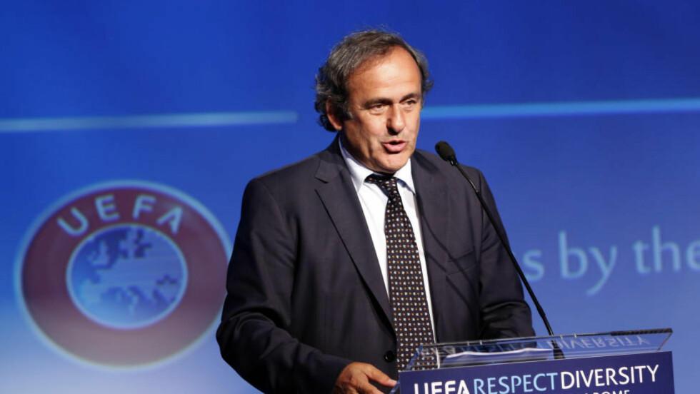 HVITT KORT?: Uefa-president Michel Platini skriver foreslår i sin nye bok blant annet å innføre hvitt kort i fotball og muligheten til å benytte seg av fem innbyttere. Foto: AP Photo/Riccardo De Luca