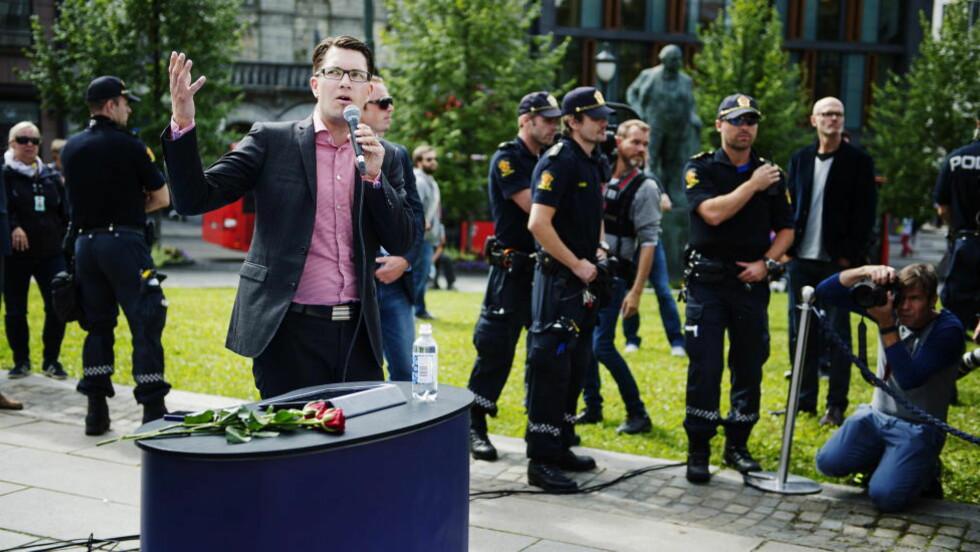 SYKEMELDT: Sverigedemokraterna leder, Jimmie Åkesson, fikk hard medfart av demonstranter da han pratet til svenske velgere på Eidsvolls plass i forbindelse med valgkampen i høst. Nå er han sykemeldt på ubestemt tid. Foto: Benjamin A. Ward / Dagbladet
