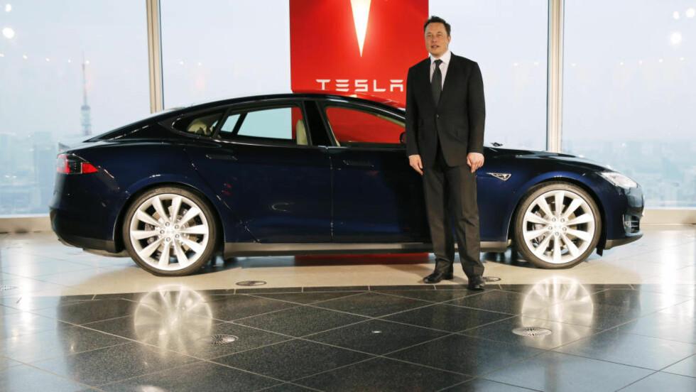 VIL SELGE SELV: Tesla Motors-sjef Elon Musk foretrekker at selskapet selv selger sine Tesla-biler gjennom sitt eget salgsapparat. Det har skaffet Tesla problemer i Michigan og bilbyen Detroit. Foto: Reuters/Toru Hanai