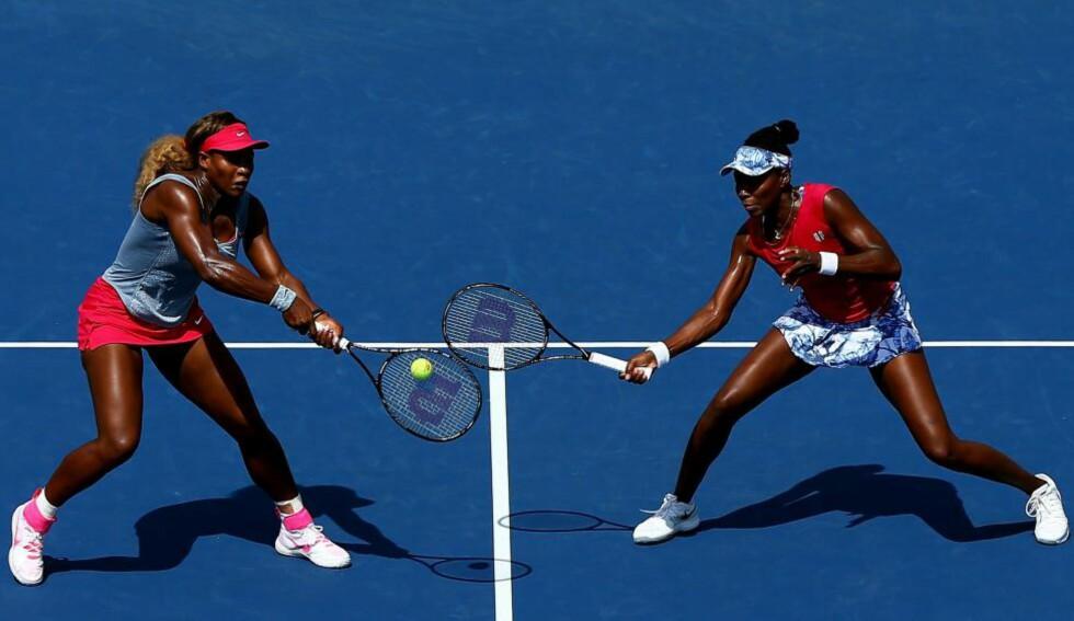 MOBBET: Tennis-søstrene Serena (t.v.) og Venus Williams er to av tennissportens største utøvere. Presidenten i det russiske tennisforbundet, Tsjamil Tarpitsev, er bøtelagt og utestengt i ett år for å ha omtalt søstrene for tennisbrødrene i et talkshow. Foto: Getty Images / AFP / NTB Scanpix