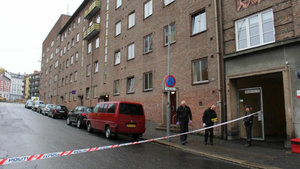 FUNNET UTENDØRS: Den ene av de to knivstukkede mennene ble funnet utenfor adressen i Maridalsveien. Foto: Henrik Skolt / NTB Scanpix