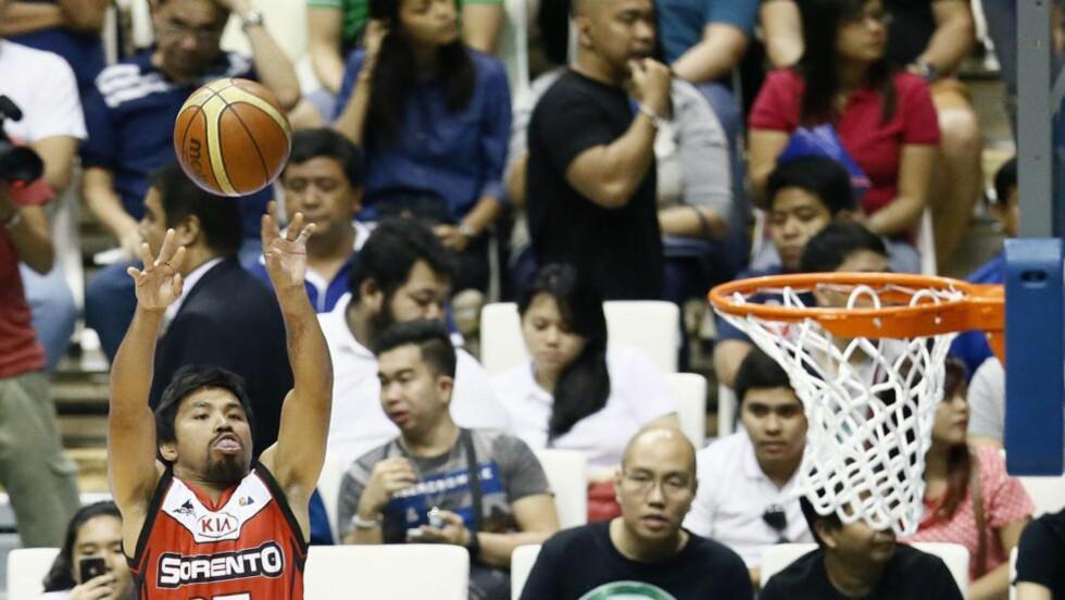 BOMSKUDD: Bokselegenden Manny «Pac-Man» Pacquiao er vant til å få inn fulltreffere, men trakk ikke på forsøkene sine i nattens basketkamp i debuten i den filippinske ligaen. 22. november er han tilbake i bokseringen, for å forsvare VM-beltet i weltervekt i WBO. Foto: Dennis M. Sabangan / EPA / NTB Scanpix