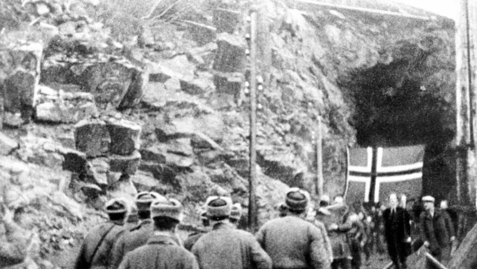 HADDE GJEMT SEG: Sovjet-russiske soldater fra Den røde arme møter nordmenn som kommer ut fra Bjørnevatn gruver i Kirkenes.  Foto: TASS / NTB scanpix