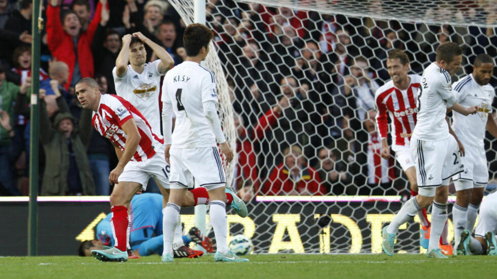 MATCHVINNER:  Jonathan Walters feirer 2-1 scoringen som sikret Stoke tre poeng mot Swansea. Foto: NTB Scanpix