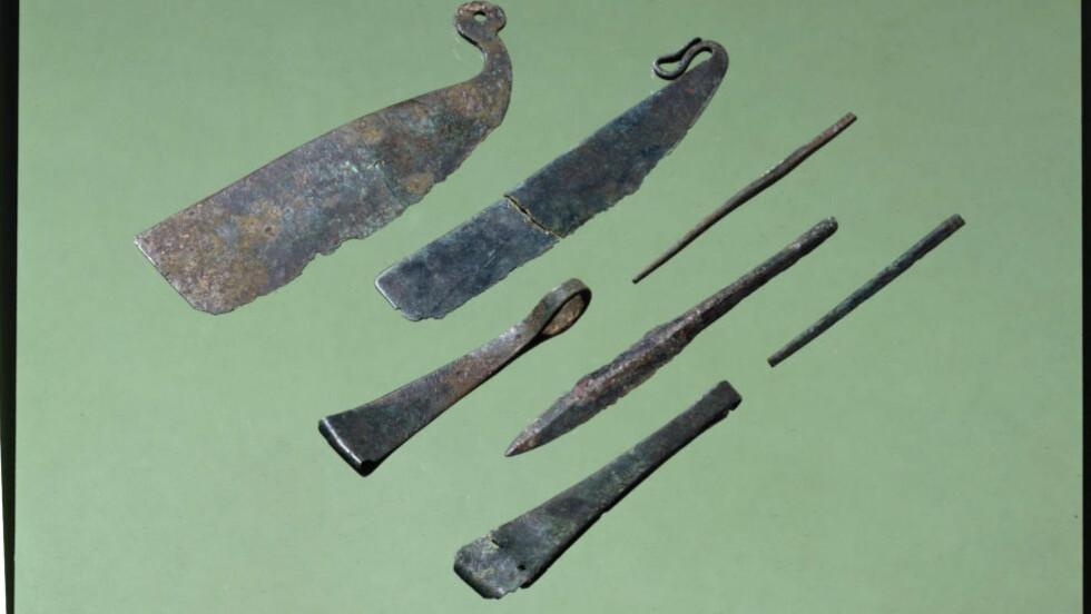 HÅRFIN: Mange menn ble begravet med toalettsaker i yngre bronsealder. Rakeknivene (til venstre) var barbermaskinen til bronsealderfolka. Pinsetter og syler ble også funnet på Fyn i Danmark. Foto: Nationalmuseet i Danmark
