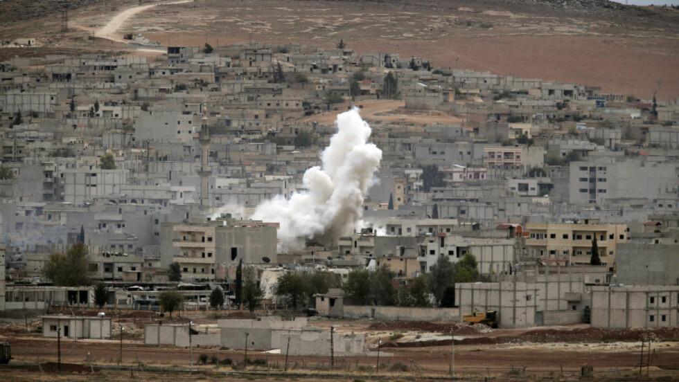 FÅR HJELPE TIL: Kampene mellom Kurdisk milits og IS i den syriske byen Kobani har pågått i ukesvis. Tyrkia har lenge nektet kurdere å reise inn i byen som ligger rett ved grensa til Tyrkia. Mandag opplyser Tyrkias utenriksminister at de vil la kurdere forlate landet for å bidra i kampen mot IS. Foto: Lefteris Pitarakis/AP/Scanpix