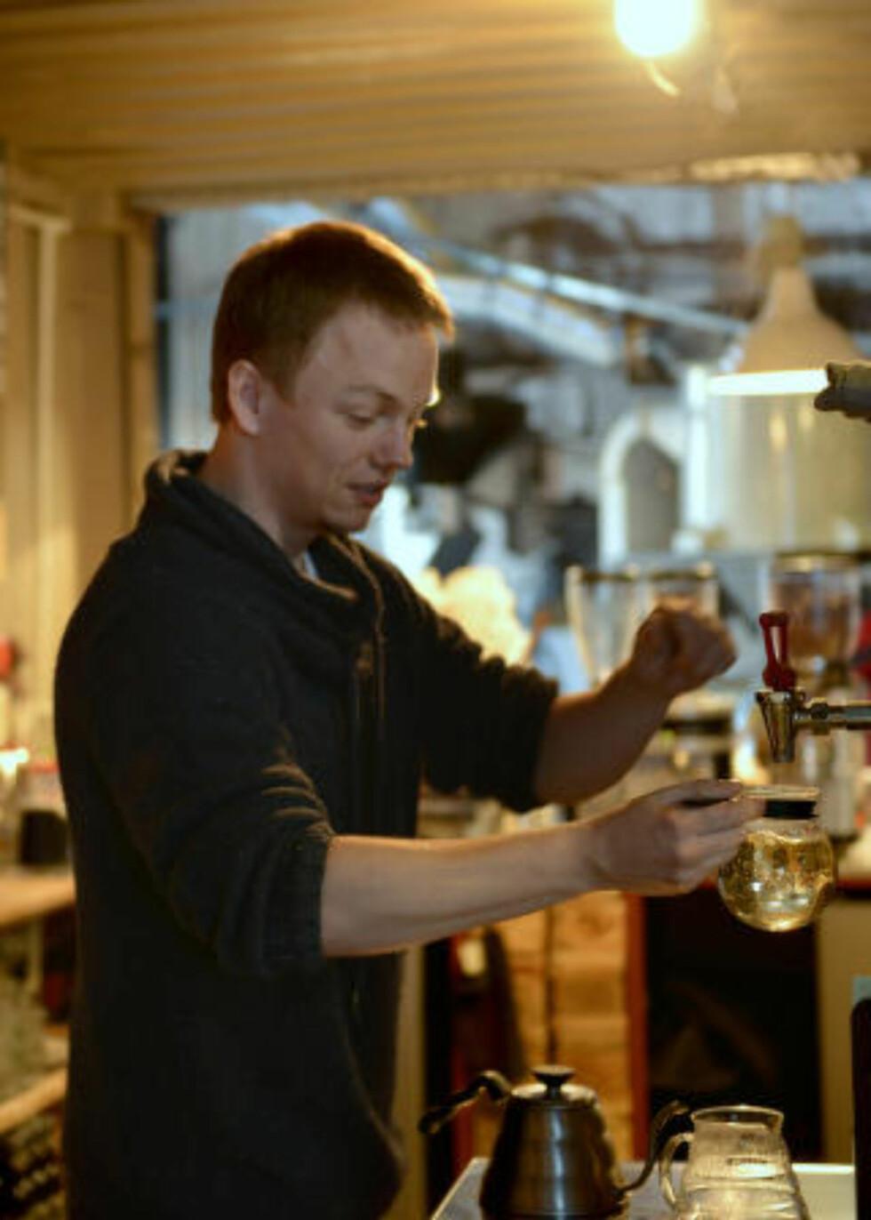 <strong>INGEN TILFELDIGHETER:</strong> Michal Pluta elsker å lage kaffe, og trives best med kravstore gjester. Det passer bra når du jobber i «kaffetempelet» Coffee Cargo. Foto: GJERMUND GLESNES