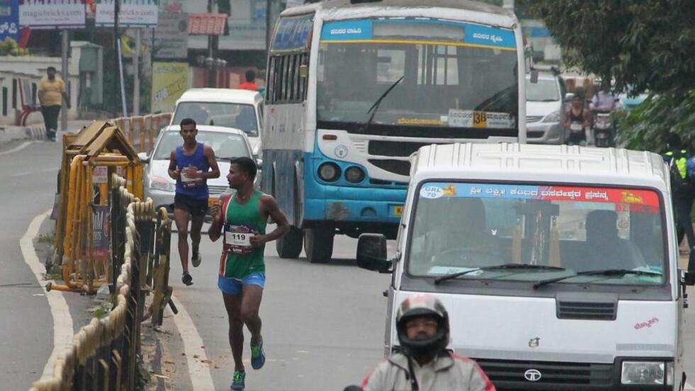 LØP FEIL:Tet-trioen i halvmaratonet i Bangalore fulgte etter en arrangørbil og løp fullstendig feil. De måtte ta t-bane til mål. Foto: AFP PHOTO/STR