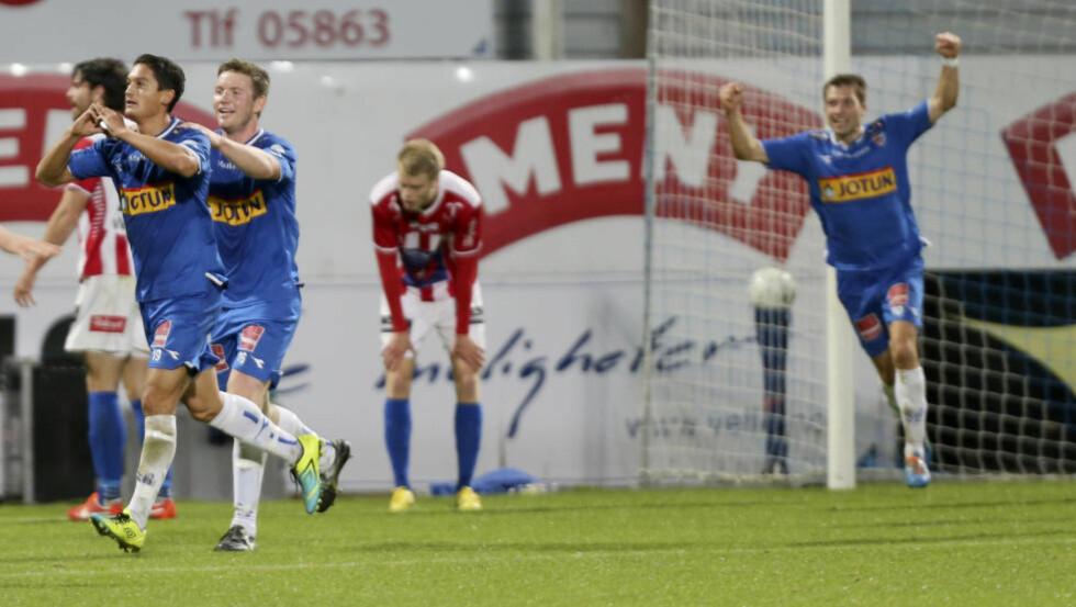BLÅ TRIUMF:  Kjell Rune Sellin (til venstre) scoret Sandefjords andre mål da laget slo Tromsø i kveld. Foto: Terje Pedersen / NTB scanpix