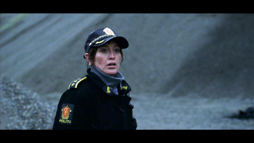 """KRIMDRAMA: Anneke von der Lippe spiller lensmann Helen Sikkeland i NRK Dramas thriller """"Øyevitne"""". Foto: NRK"""