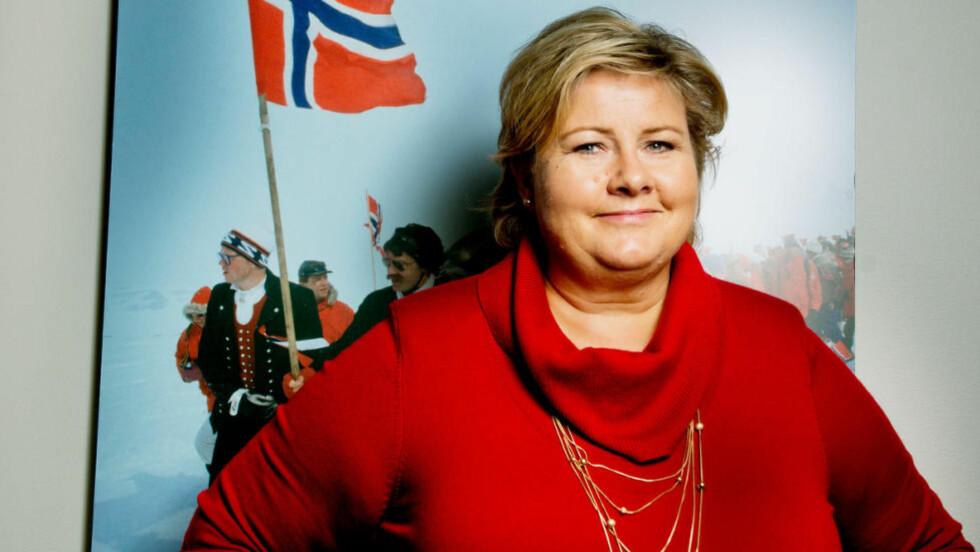 RØD TANTE BLÅ: -Før var det en evig kamp hver gang vi var i tv-debatt fordi Kristin Halvorsen måtte få gå i sine røde jakker, sier Erna. Mange har lagt merke til at lederen for den mørkeblåregjeringen kler seg oftere i rødt enn tidligere. Foto: SIV SEGLEM.
