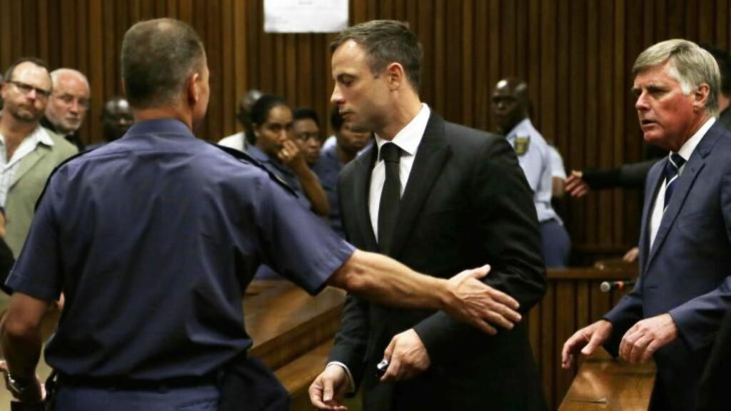 FØRES BORT: Oscar Pistorius føres bort fra rettssalen etter å ha mottatt straffen på fem års fengsel. Foto: AFP PHOTO/POOL / THEMBA HADEBE / NTB Scanpix