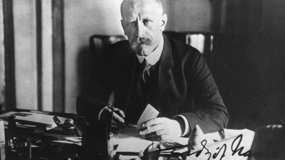 DEN GLEMTE BOK:  Dette bildet med autograf gav Fridtjof Nansen til lærerinnen Konstantsija Smirnova i Krasnojarsk i 1913. I disse dager er det 100 år siden Nansen kom med boka «Gjennem Sibirien».  Foto: NOVOSTI / NTB Scanpix