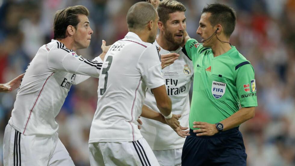 SKADET: Gareth Bale (t.v.) og Sergio Ramos (t.h.) ble ikke med i Real Madrids tropp til møtet mot Liverpool. Her er de to og Pepe (i midten) frustrerte over en dommeravgjørelse i supercup-kampen mot Atletico Madrid tidligere i år. Foto: AP PHOTO/DANIEL OCHOA DE OLZA.