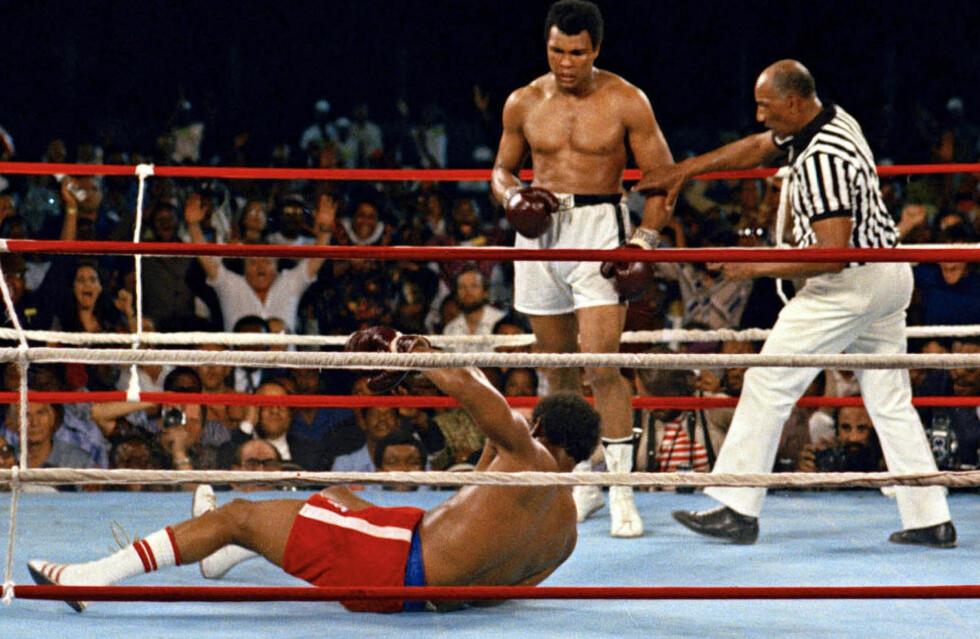 TIDENES ØYEBLIKK. Muhammad Ali har sendt George Foreman i bakken og tungvektsboksingen fikk sitt uforglemmelige øyeblikk. Foto: AP PHOTO