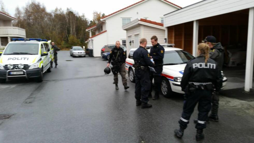 SØKER I ÅLESUND:  Væpnet politi har startet søk i Ålesund etter funn av en død person. Den døde ble funnet etter et branntilløp i en leilighet.  Foto: Fridgeir Walderhaug