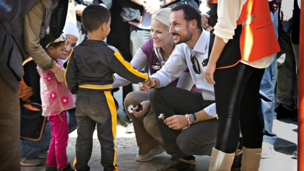 SE TIL JORDAN:  Kronprinsesse Mette-Marit og kronprins Haakon møtte i går en rekke syriske flyktninger i Za'atari-leiren, nord i Jordan. - Det er komplisert å komme så tett på folk som ikke har håp for framtida si, men jeg synes óg det er fantastisk å se hvordan de møter situasjonen, sier Mette-Marit. Hun og mannen ønsker mer engasjement for Syria-konflikten, som nå har vart i mer enn tre og et halvt år. Foto: Hans Arne Vedlog/Dagbladet