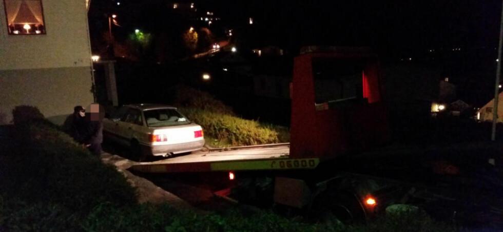 TRE PÅGREPET:  Tre personer er pågrepet og siktet etter at en mann ble funnet død i Ålesund i dag. Her tauer politiet inn en bil i forbindelse med pågripelsen. Foto: Fridgeir Walderhaug