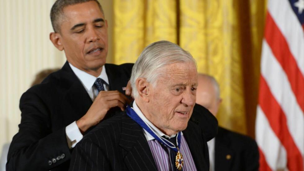 BLE HEDRET: Ben Bradlee, som var redaktør i Washington Post og sørget for president Nixons avgang på 70-tallet, ble hedret med The Presidential Medal of Freedom av president Barack Obama i Det hvite hus i november i fjor. Foto: EPA / Michael Reynolds / NTB Scanpix