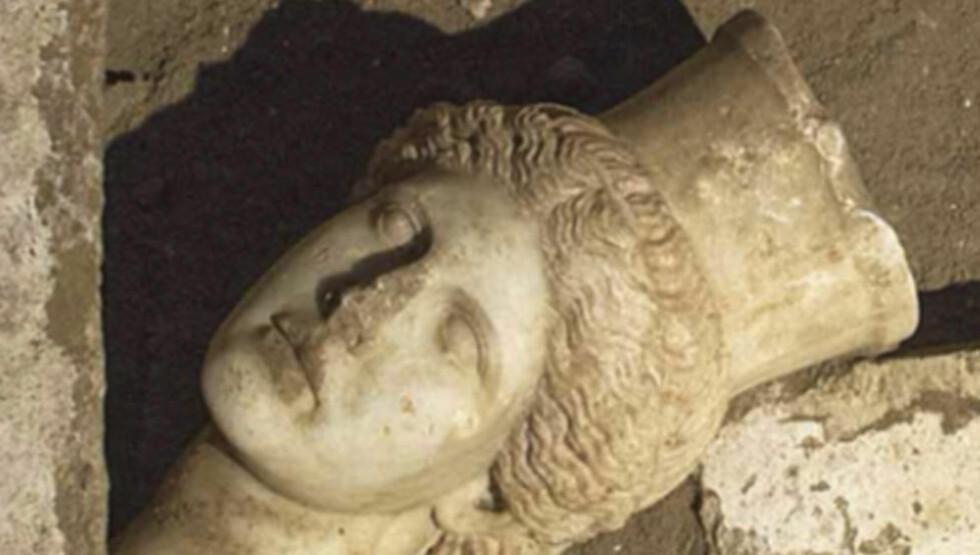 MARMORSFINX: Det greske kulturdepartementet opplyste tirsdag at det halv meter høye hodet av en marmorsfinx nylig ble funnet i det fjerde kammeret inne i gravkammeret. Foto: REUTERS / NTB SCANPIX