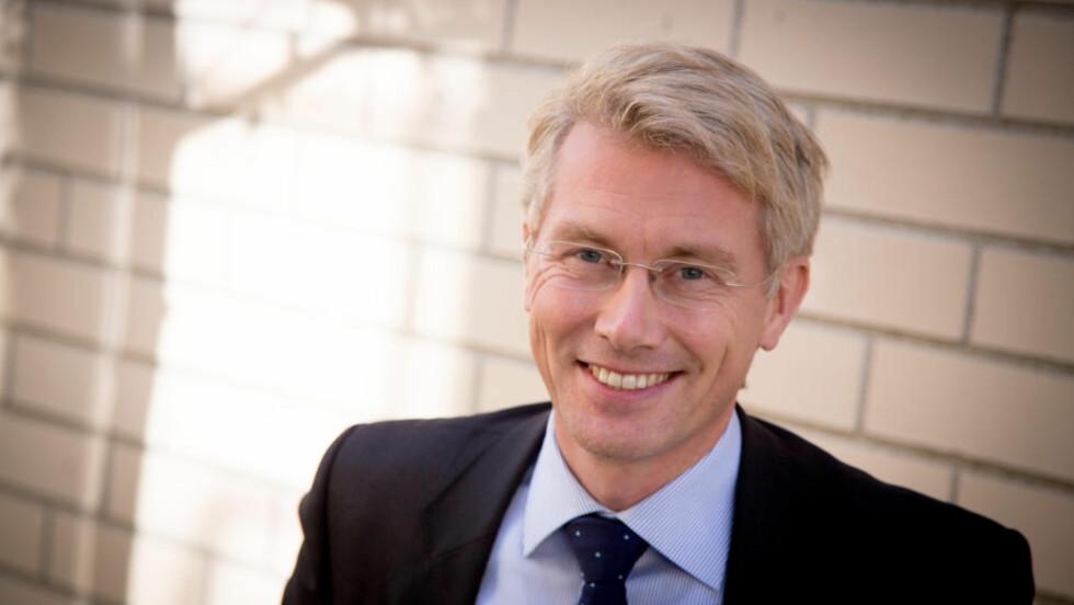 TAR OVER RORET: Olav Terjeson Sandnes (42) tar over som TV 2-sjef etter Alf Hildrum (66). Foto: TV 2